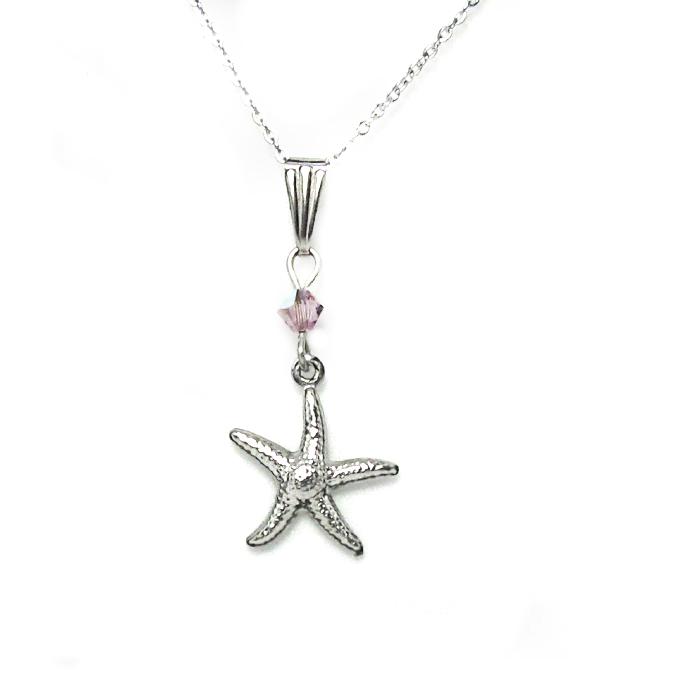 Un pendentif étoile de mer orné d'un cristal de couleur améthyste clair avec chaine en acier inoxydable incluse.