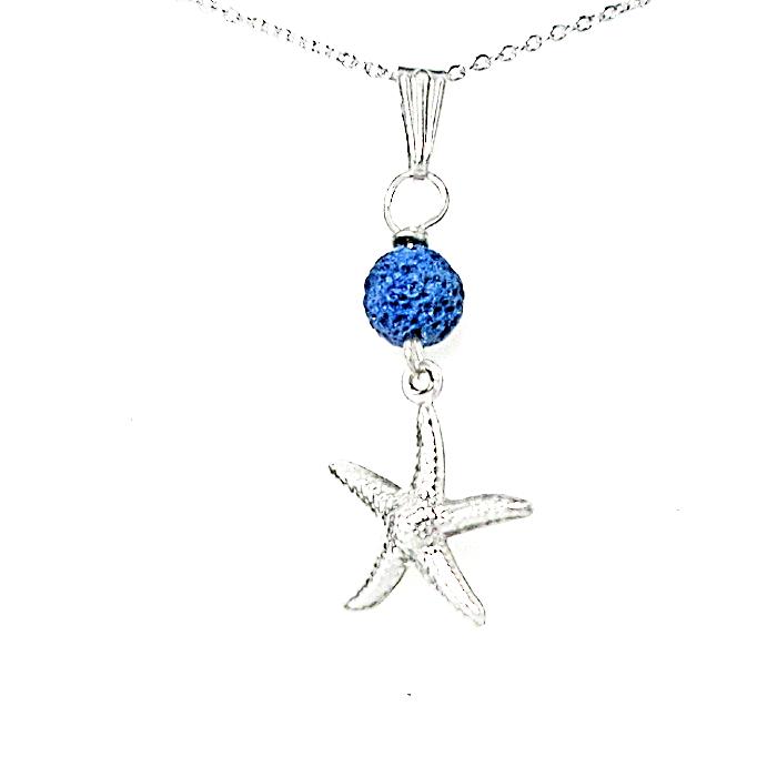 Une chaîne ornée d'un  pendentif, une  étoile suspendue à une pierre de lave de teinte marine.