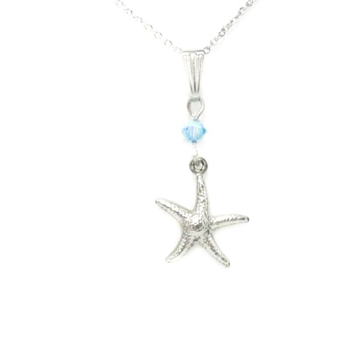 Chaîne ornée d'un pendentif. Une étoile, en acier inoxydable de 1,50 cm de diamètre, agrémentée d'un cristal de 4mm de couleur aigue-marine.