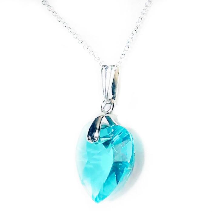 Une chaine et attache en acier inoxydable avec un  pendentif cœur en cristal de couleur Zircon