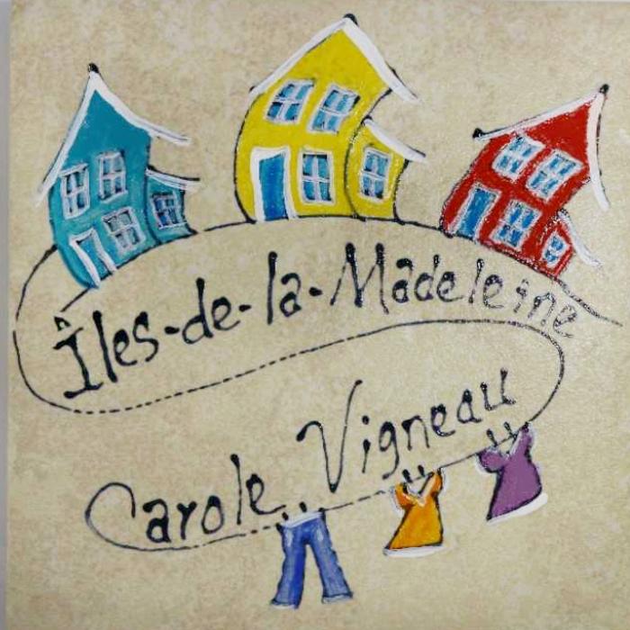 Sous-verre en céramique peint à la main avec de jolies maisons légèrement courbées pour représenter le vent des Îles-de-la-Madeleine.