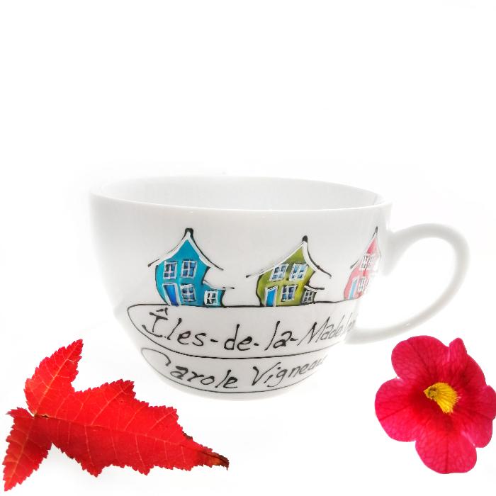 Vaisselle peinte à la main. Maison croche inspirée par le vent des Îles-de-la-Madeleine.  Signée par l'artiste Carole Vigneau
